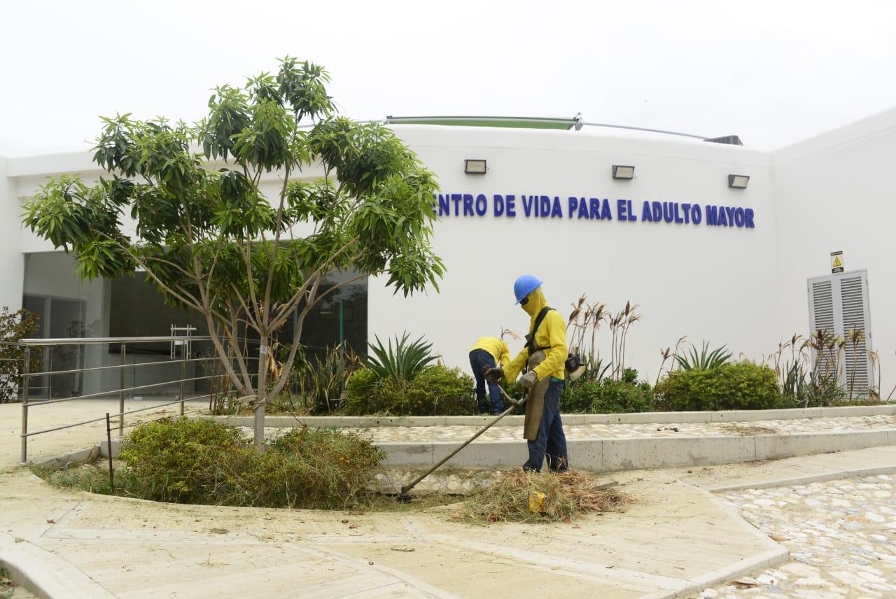 Continúan las labores de limpieza a las afueras del 'Centro de Vida para el Adulto Mayor'