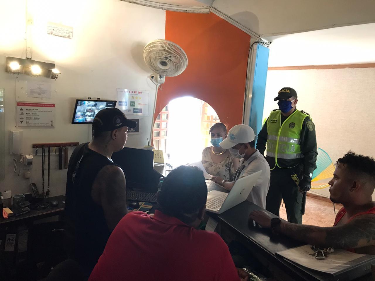 Autoridades se toman los hostales para verificar estado de extranjeros y cumplimiento de la cuarentena