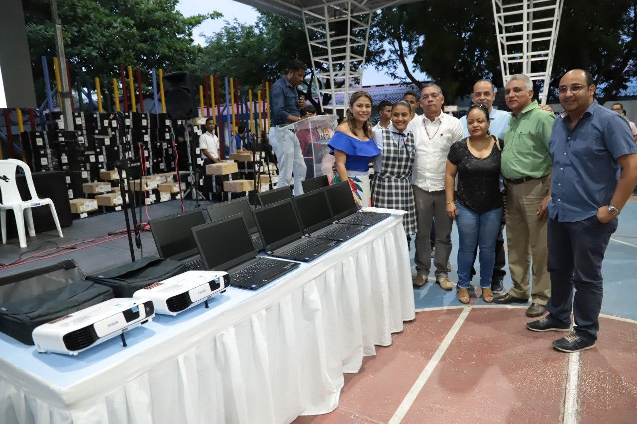 Se entregaron 900 computadores portátiles y 76 vídeos-Beams