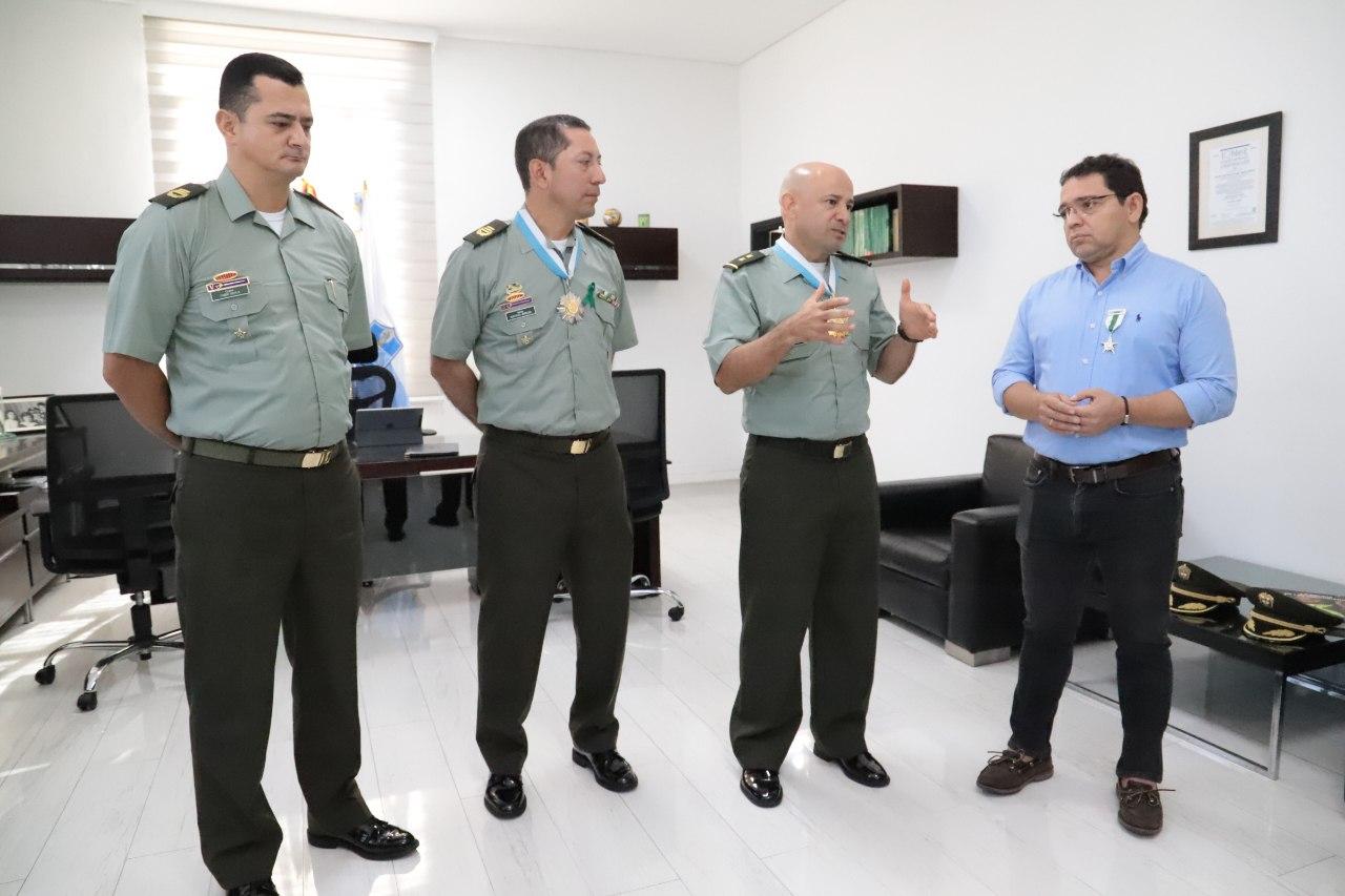 Alcalde Rafael Martínez entregó condecoraciones a altos miembros de la Policía Nacional