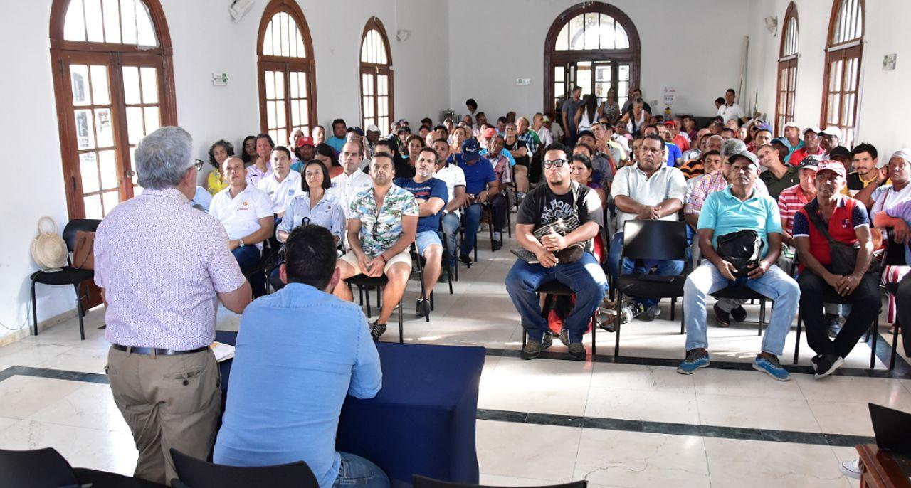 Distrito socializa con empresarios obra de renovación del camellón de la Bahía