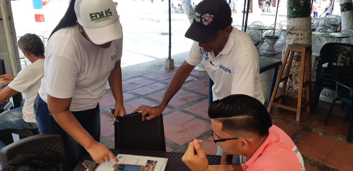 Casa a casa, Alcaldía socializa proyectos del camellón de El Rodadero y la Bahía