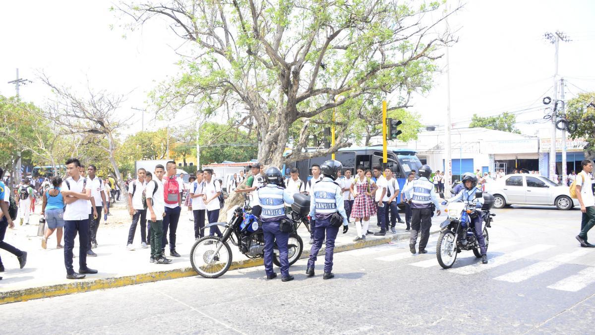 Agentes de Tránsito se toman colegios para el control a motociclistas