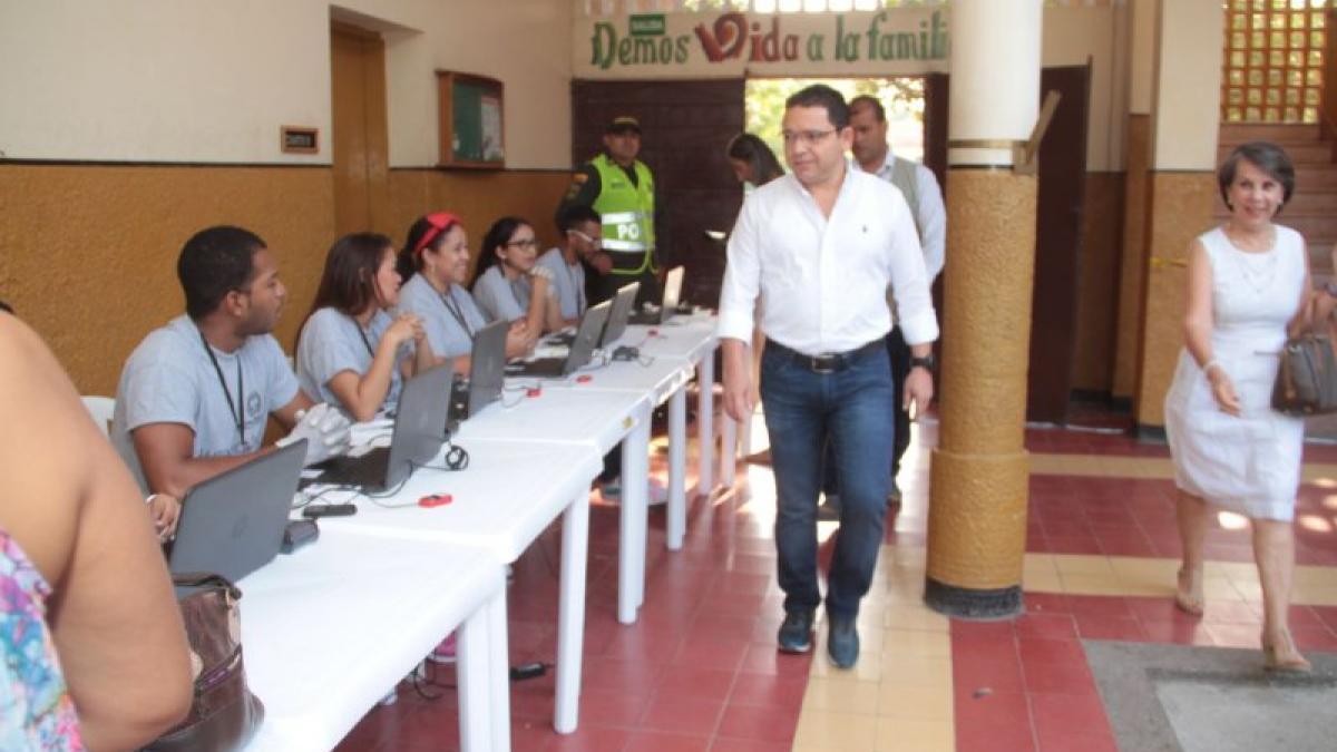 Alcalde Martínez inauguró jornada electoral