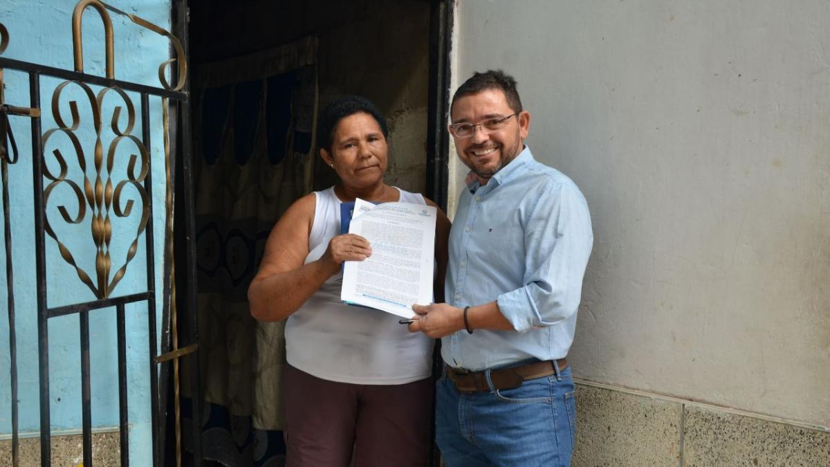 Alcalde de Santa Marta personalmente notifica a familias que recibirán cuatro mil títulos de propiedad de sus viviendas