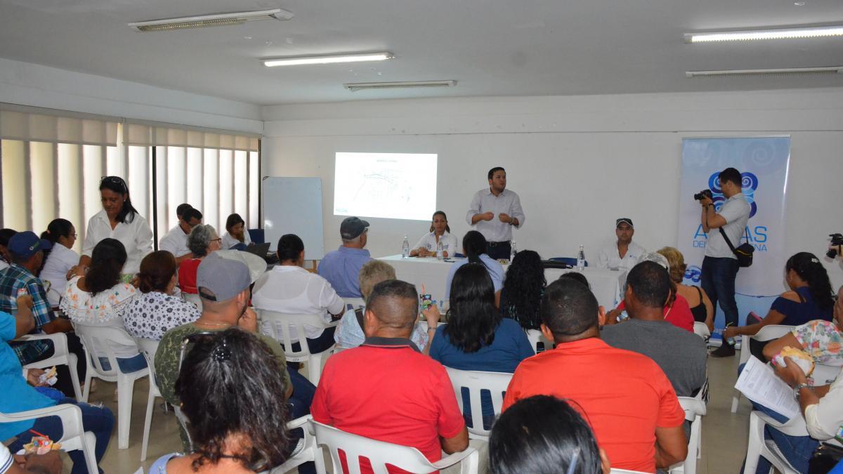 En reunión sostenida con representantes de la comunidad del sur de Santa Marta, llevada a cabo en el barrio La Paz, el alcalde encargado de la ciudad, Adolfo Torné Stuwe, anunció el reinicio de las obras que permitirán poner en funcionamiento el colector