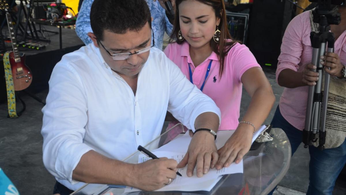 Alcalde Martínez presenta decreto que controlará plásticos e icopores de un solo uso en el Distrito