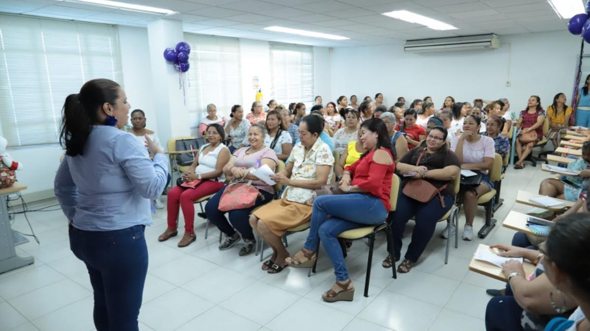 60 mujeres se capacitan en artesanías navideñas y desarrollo empresarial