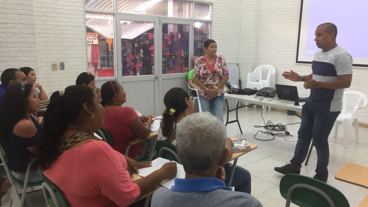 Distrito capacita a vendedores del Mercado Público
