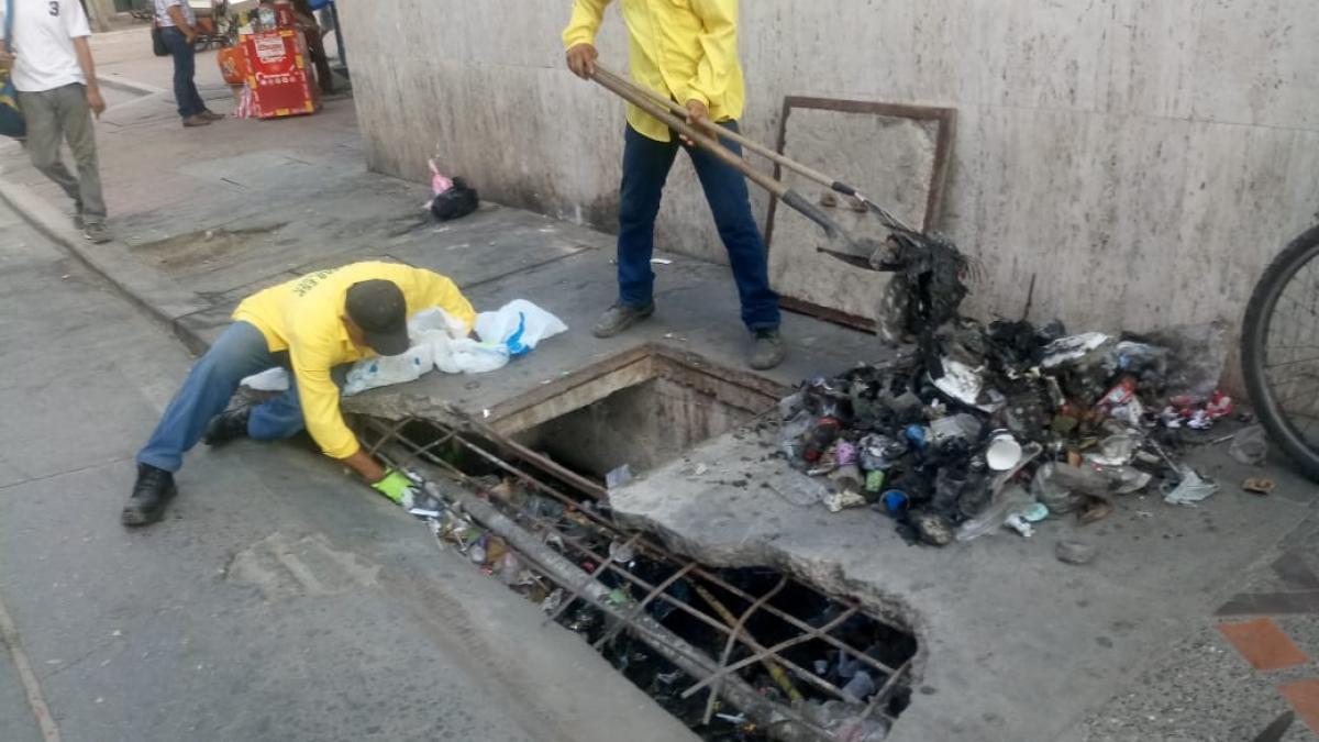 Con limpieza de rejillas, la Essmar 'se toma' el Centro Histórico