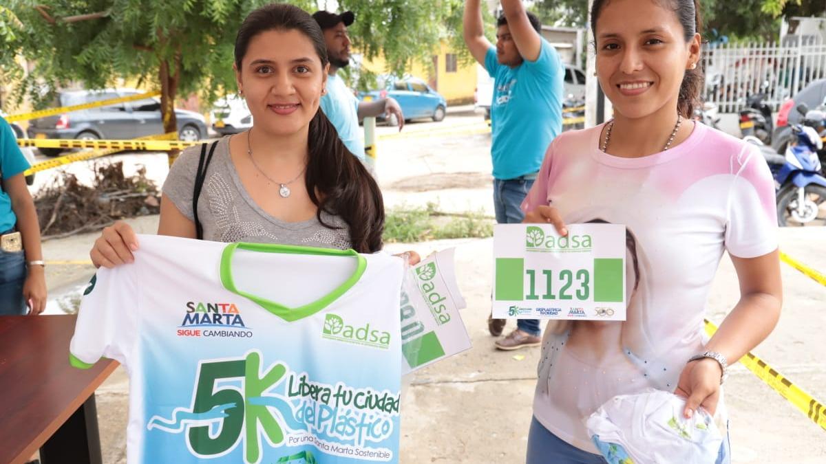 Miles de samarios se ponen la camiseta de la 5K contra el plástico