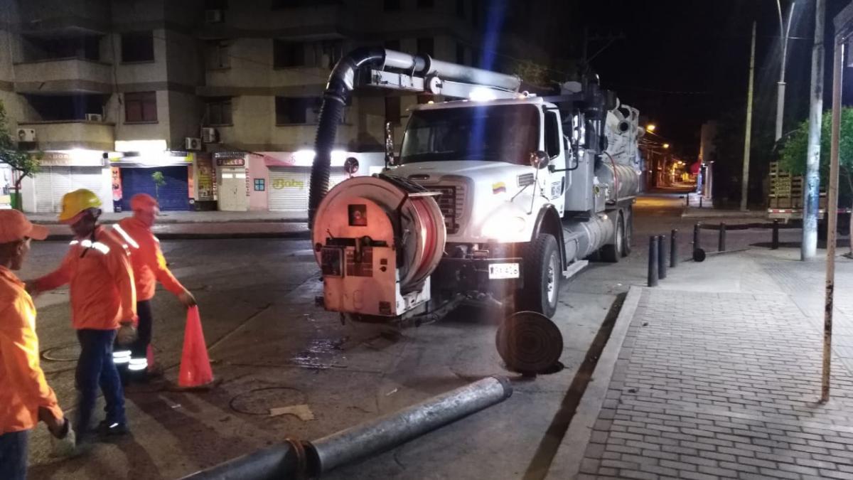 Essmar realiza mantenimiento preventivo para mitigar rebosamientos en el Mercado Público