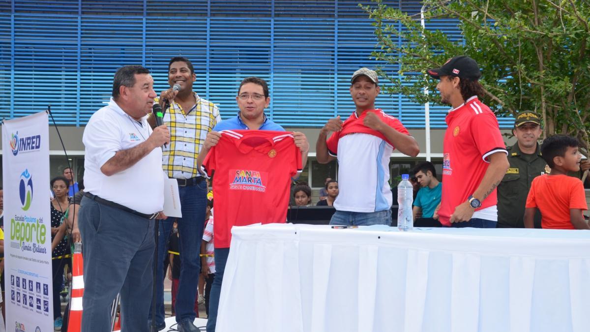 Alcalde Rafael Martínez recibió camiseta de la Selección Magdalena Sénior Máster de fútbol