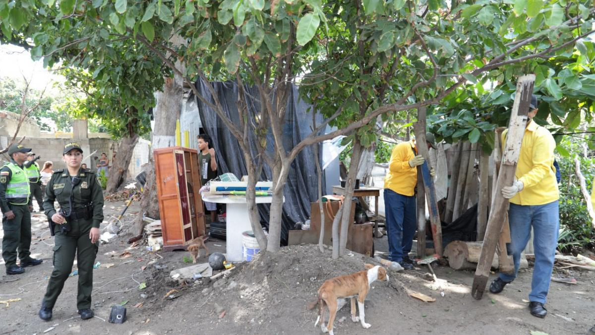 Distrito desaloja vivienda artesanal ubicada a 2 metros del río Manzanares