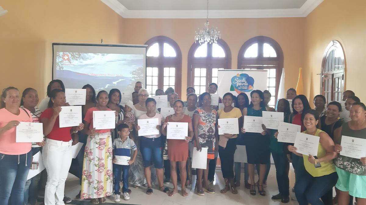 Más de 65 madres cabeza de hogar reciben certificación en Mnipulación de Alimentos