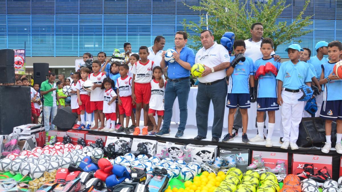 Alcalde Martínez entregó nueva implementación a las Escuelas Populares del Deporte