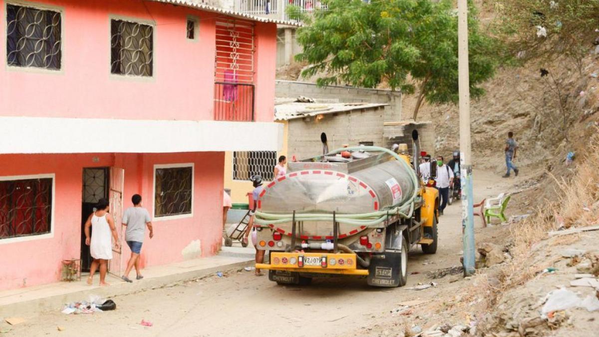 Cien mil litros de agua fueron entregados a 800 familias de los barrios Santana y 17 de Diciembre