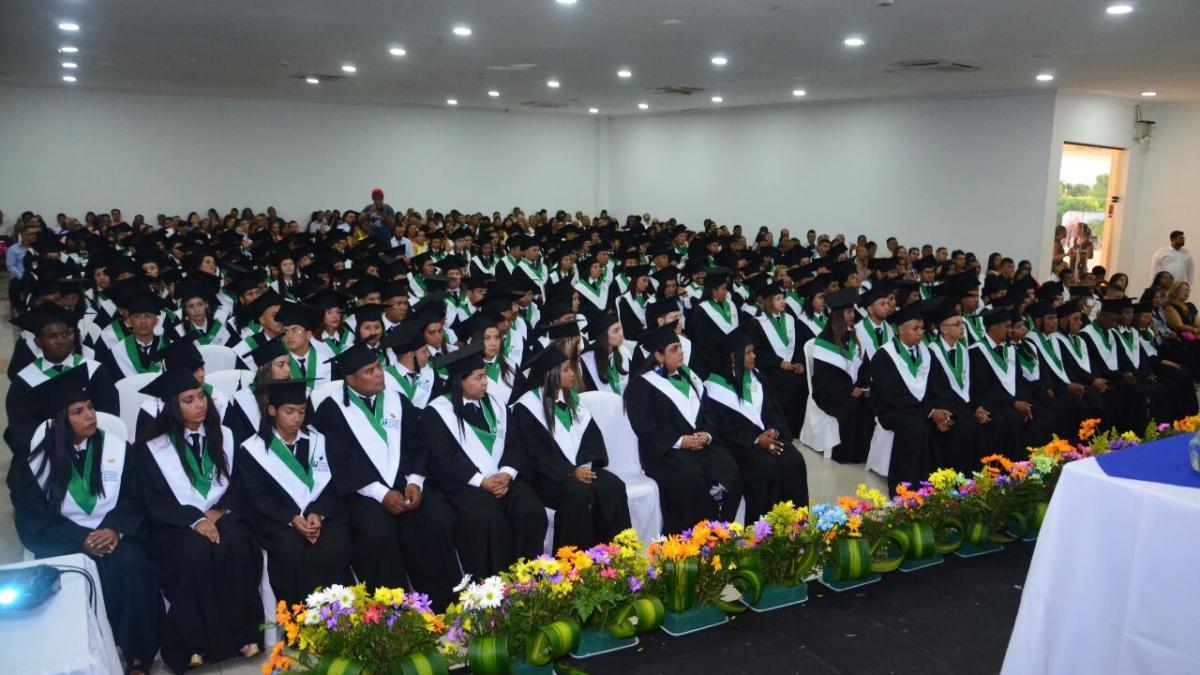 Cerca de 400 samarios de poblaciones vulnerables se benefician con títulos superiores tras el apoyo del Distrito